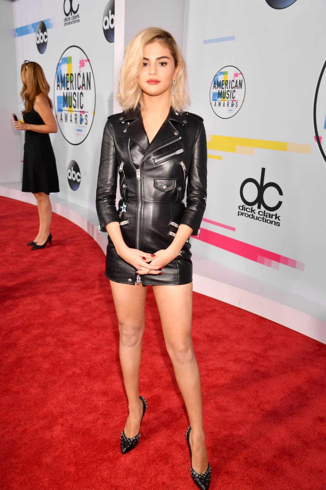 Selena Gomez Amas 2017 >> Selena Gomez goes blonde and arrives in leather to the 2017 AMAs