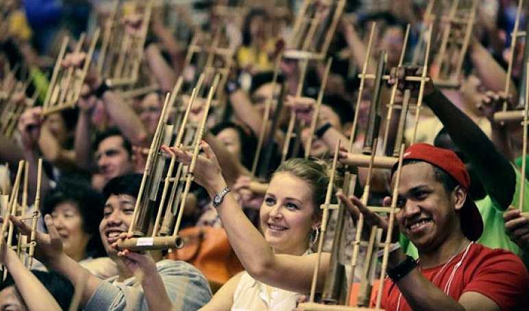 Permainan musik angklung dalam acara festival angkulung dunia