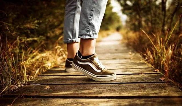 Hukum Shalat Dengan Memakai Sepatu Atau Sandal