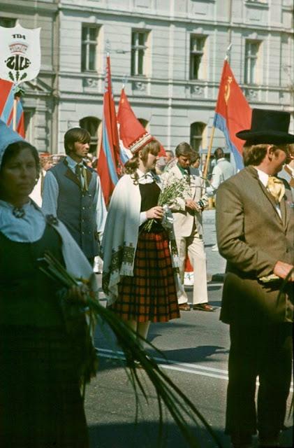 1980 год. Рига. Улица Ленина. Dziesmu un deju svētki. Праздничное шествие (автор фото: Andris Rake)
