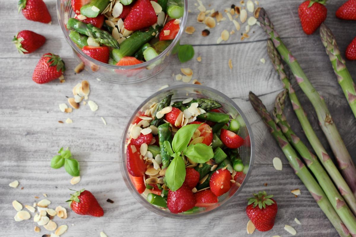 Erdbeercocktail mit grünem Spargel