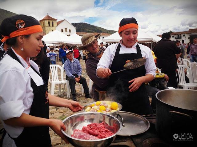 Mujeres cocinando en la plaza principal de Villa de Leyva