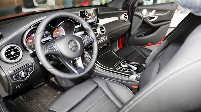 Nội thất Mercedes GLC 300 4MATIC 2017 được thiết kế thể thao mạnh mẽ