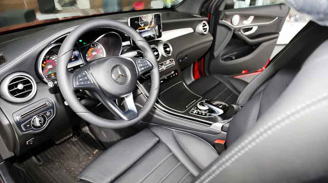 Nội thất Mercedes GLC 300 4MATIC 2018 được thiết kế thể thao mạnh mẽ