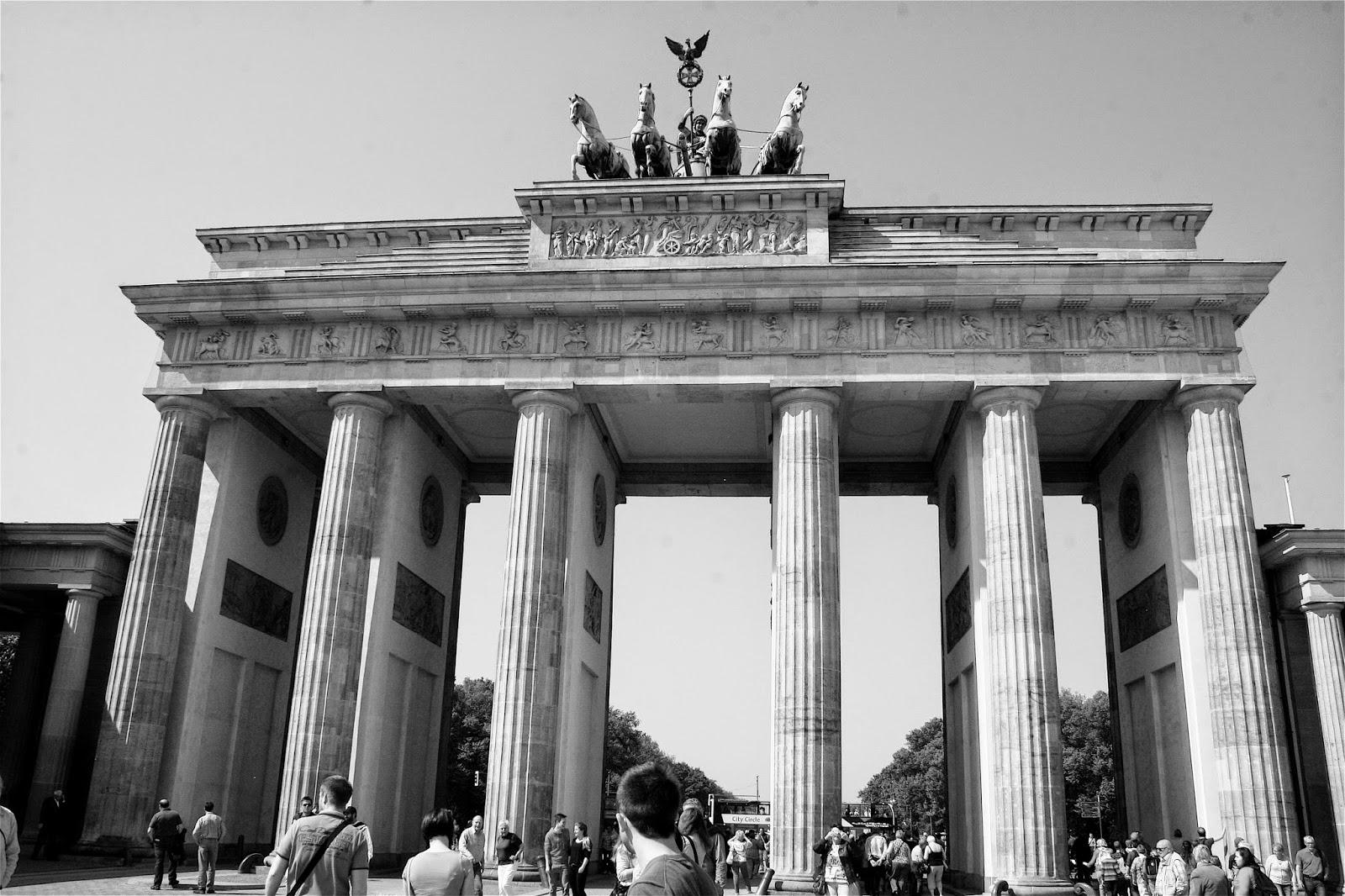 Monica brini tra trecento metri girate a destra berlino - Berlino porta di brandeburgo ...