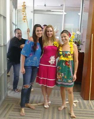 Drei Frauen posieren - Büro streiche lustig