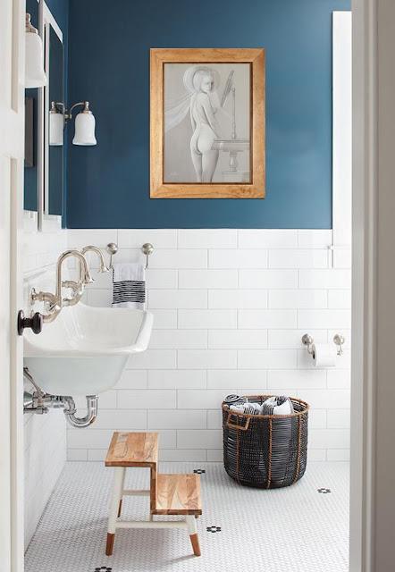 Decoración aseo baño Gregorio Sabillón pintura surrealista desnudo