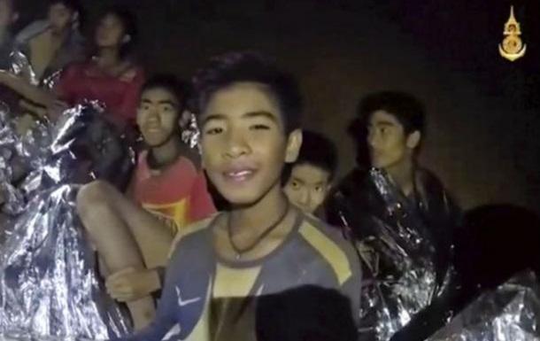 Дітей, які застрягли в таїландській печері, вчать підводному плаванню