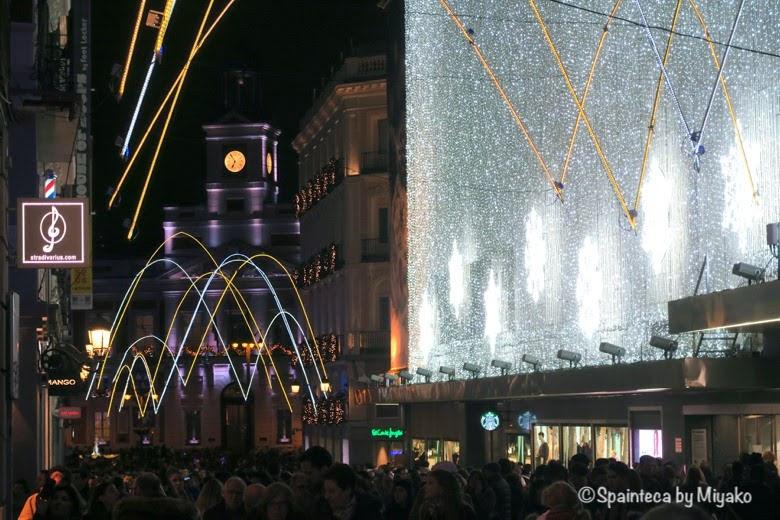 クリスマスで混雑するスペインのマドリードの中心地のプレシアドス通り