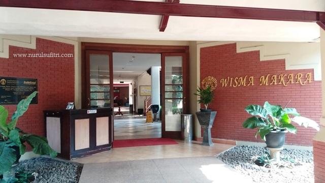 pintu masuk utama wisma makara ui universitas indonesia nurul sufitri mom lifestyle blogger kesehatan olah raga
