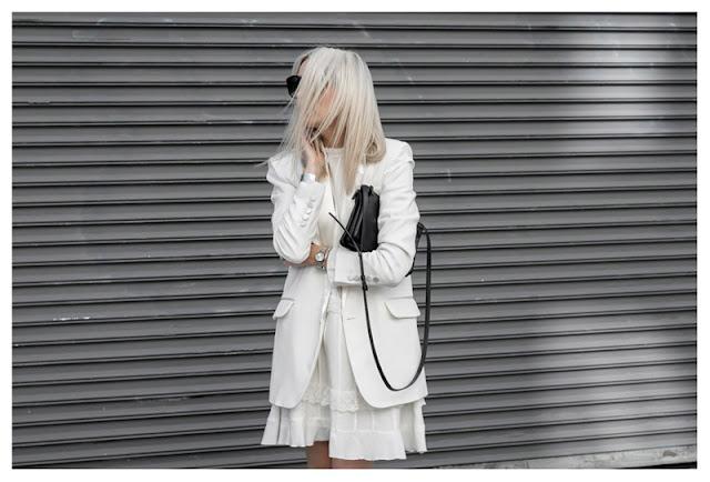 Белое кружевное платье с белым жакетом