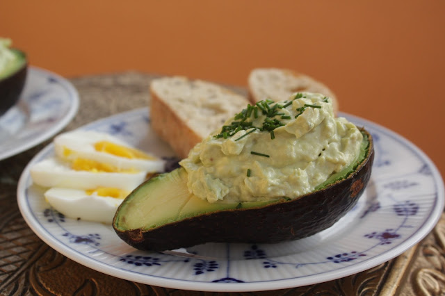 Gefüllte Avocado mit Ei, Frischkäse und Fisch-Crème: http://kuechenliebelei.blogspot.com/2017/07/gefullte-avocado.html