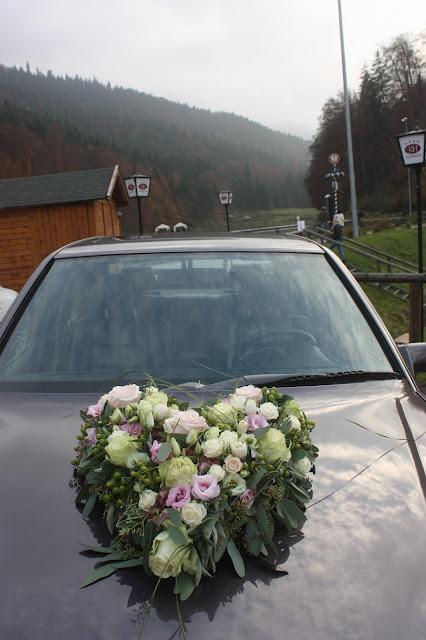 Autoschmuck Blumenherz, Romantische Herbsthochzeit in den Bergen von Garmisch-Partenkirchen, Vintage-Style, heiraten im Hochzeitshotel Riessersee Hotel; wedding destination abroad Bavaria
