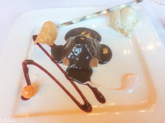 piramide de turrón sobre base de chocolate caliente y helado de vainilla. Restaurante Mendiondo