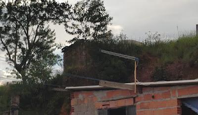 Pai, filho e sobrinho morrem carbonizados após raio cair em teto de casa