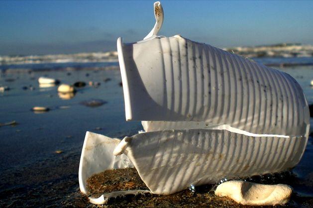 У ЄС мають намір заборонити одноразовий посуд із пластику
