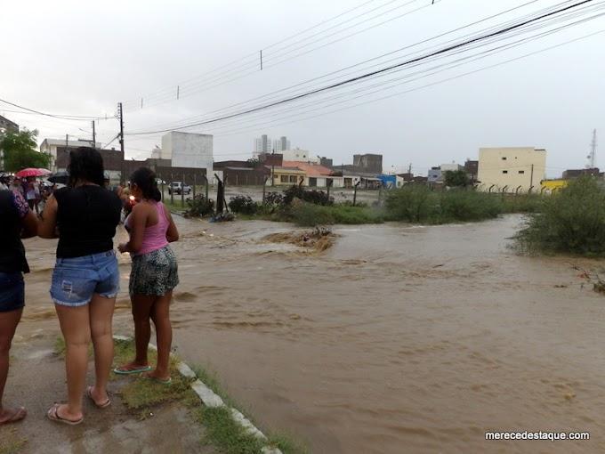 Chuva forte em Santa Cruz do Capibaribe causa alegrias e transtornos ao mesmo tempo