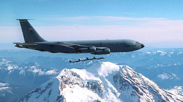Gambar 17. Foto Pesawat Angkut Militer Boeing KC-135 Stratotanker