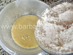 Gogosi umplute cu gem preparare reteta - incepem sa incorporam faina
