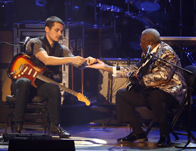 Cerpen Idolaku Pengertian Ciri Dan Contoh Teks Deskripsi Lengkap Mayer And Guitar Legend Bb King Exchange Guitar Picks