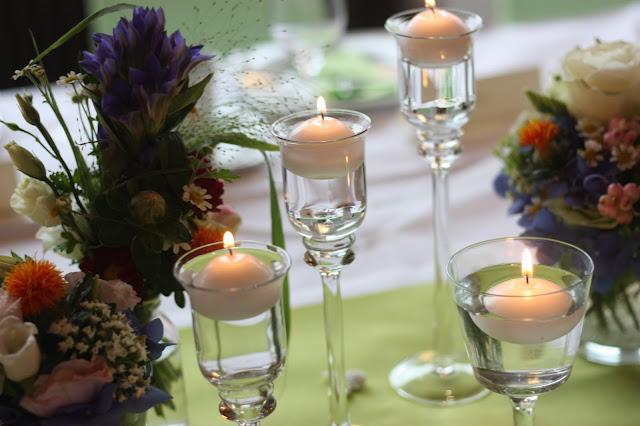 Schwimmkerzen, Frühlingsdekoration Herbsthochzeit mit bunten Wiesenblumen im Hochzeitshotel Garmisch-Partenkirchen Riessersee Hotel Bayern, heiraten in den Bergen
