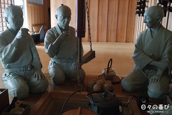 reconstitution scène du quotidien par trois statues