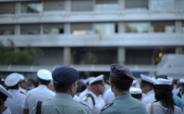 Public Issue: Τον Στρατό, την Αστυνομία και τα σχολεία εμπιστεύονται περισσότερο οι πολίτες