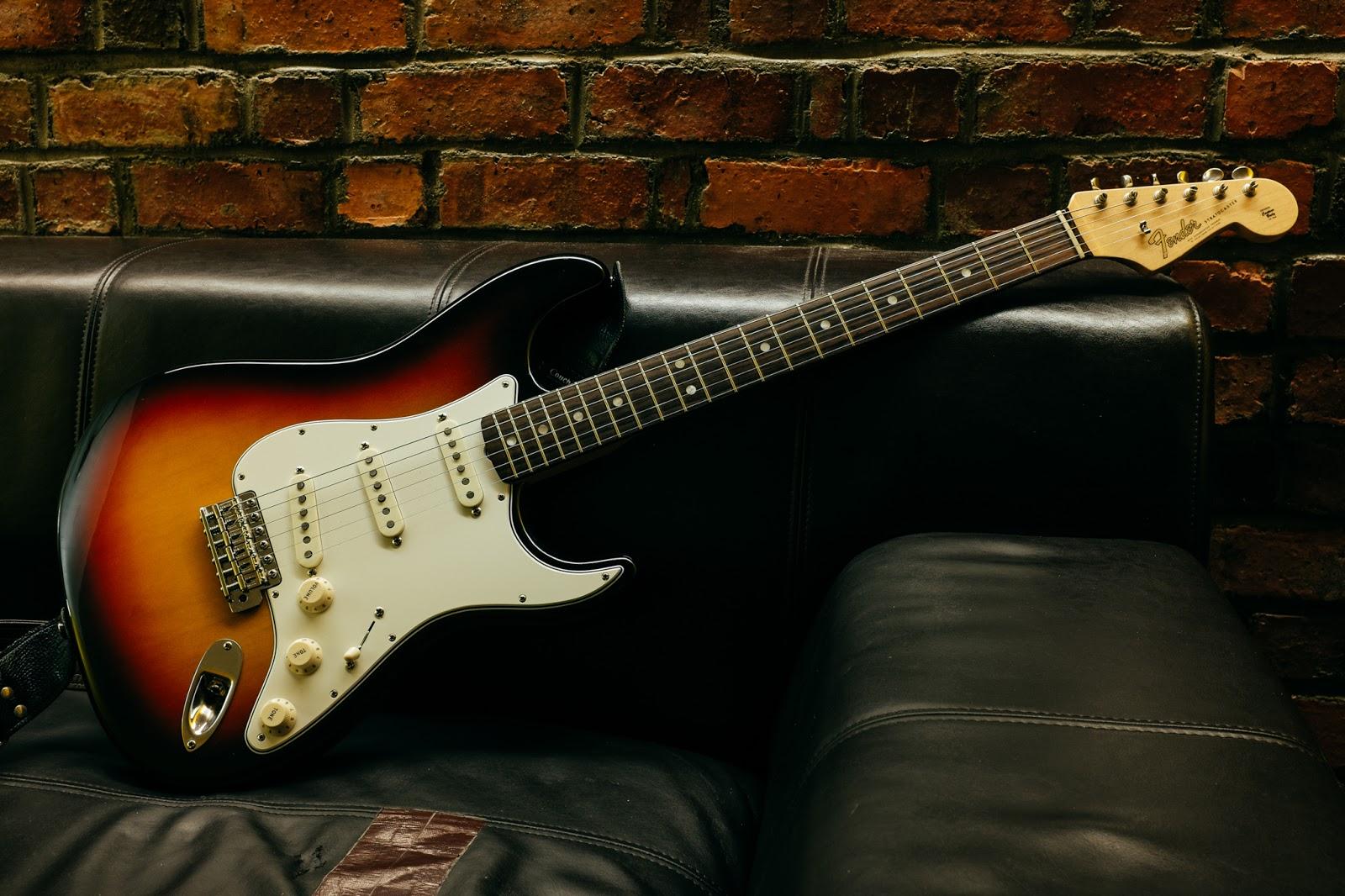 Gibson Les Paul vs. Fender Stratocaster Fender-american-vintage-65-stratocaster-0006