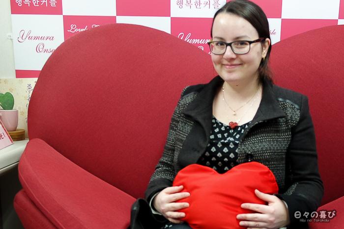 portrait à l'office de tourisme sur un canapé en forme de coeur