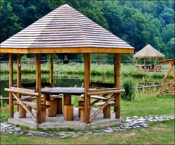 quiosque pequeno de madeira roliça