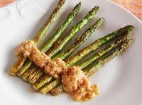 espárragos verdes con salsa de piñones