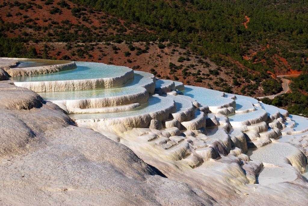 8 Kolam Berteras Alami yang Menakjubkan