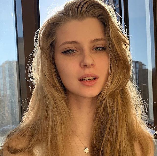 """Hot girl Nga được dân mạng gọi là """"công chúa lạnh lùng"""""""