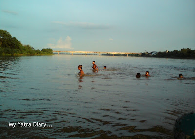 Kids playing in the Yamuna River, Boat ride