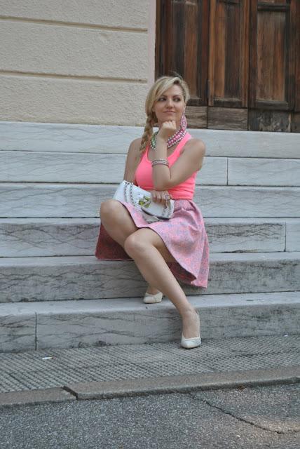 outfit bon ton estivi canotta rosa borsa bianca blumarine scarpe danilo di lea mariafelicia magno fashion blogger influencer italiane mai collana collane estate 2016 outfit estivi gonna e tacchi