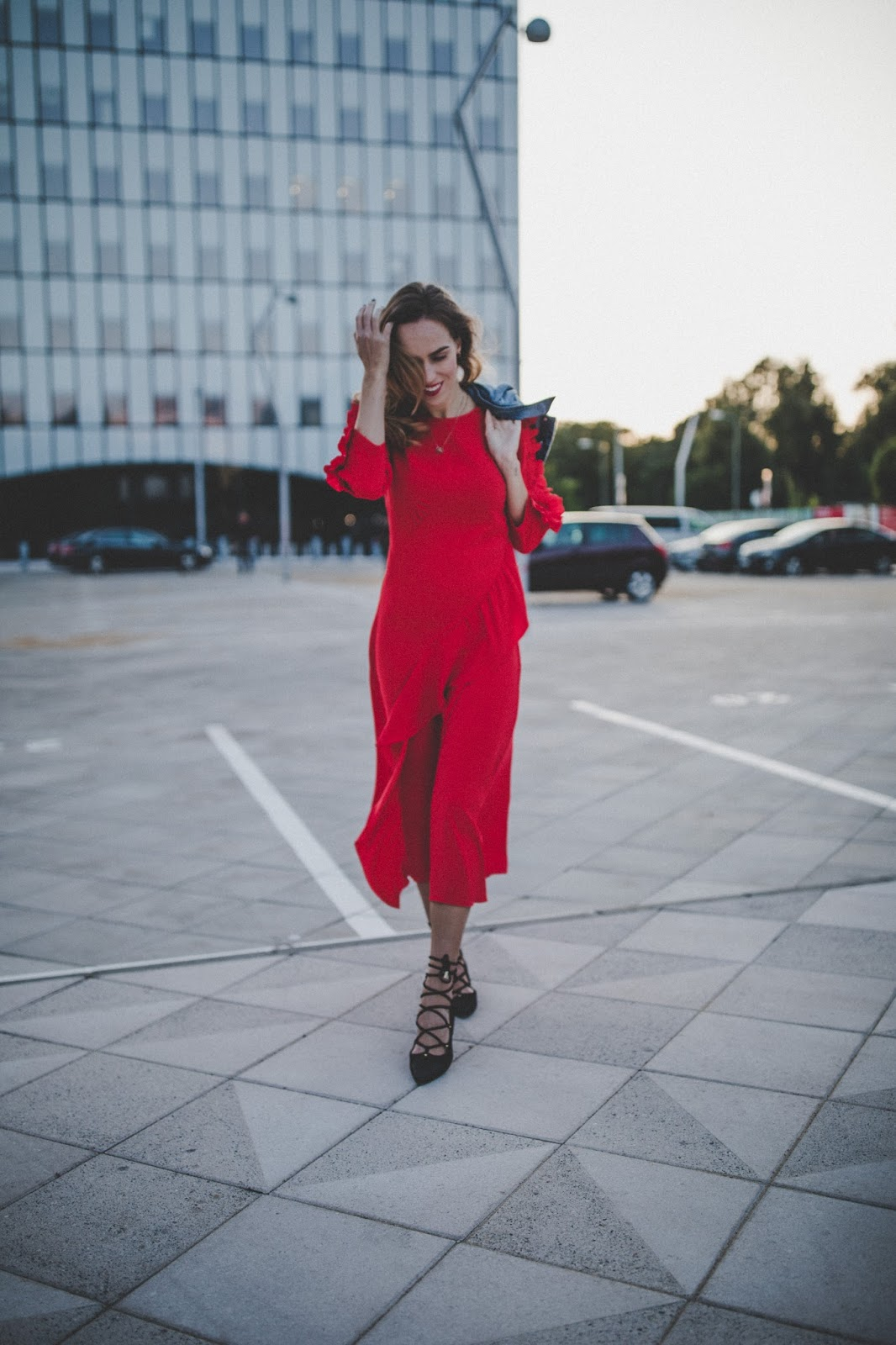 red ruffle midi dress outfit street style