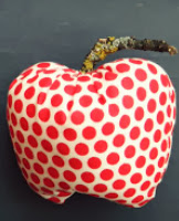 http://translate.googleusercontent.com/translate_c?depth=2&hl=es&rurl=translate.google.com&sl=en&tl=es&u=http://lillaluise.blogspot.de/2012/10/sewing-tutorial-for-sweet-fall-apples.html&usg=ALkJrhiDfVprPc17vcpH-1VmA2Atxcv61Q