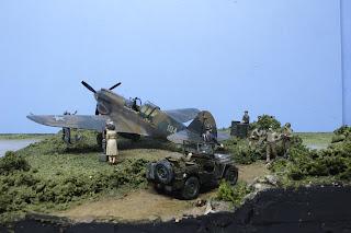 """Galerie photos du diorama """"Drague au p-40"""" mettant en scène un P-40E d'Hasegawa."""