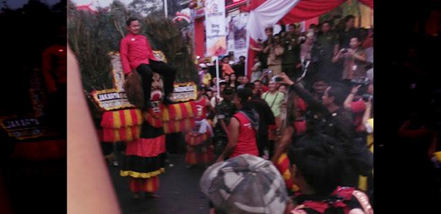 Walikota Bogor, Bima Arya Sugiarto di atas dadak merak sebagai bentuk penghormatan