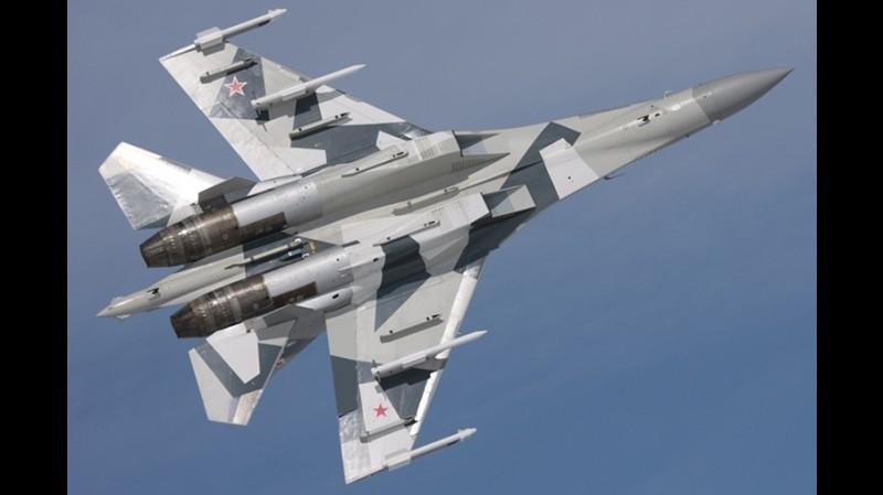 Pesawat tempur Sukhoi Su-35 dengan persenjataan