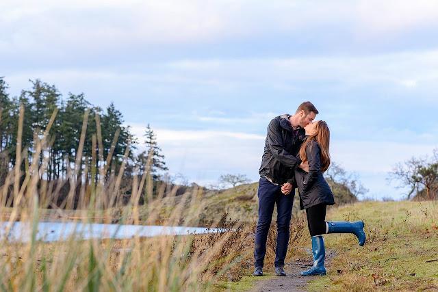 Um casal cristão se beijando suavemente em um campo verde
