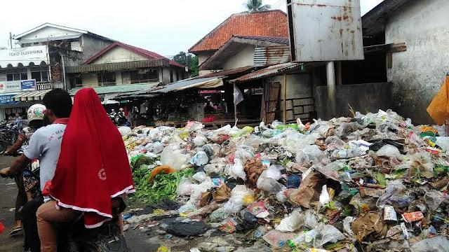 Tumpukan Sampah Pasar Pendopo Menggunung