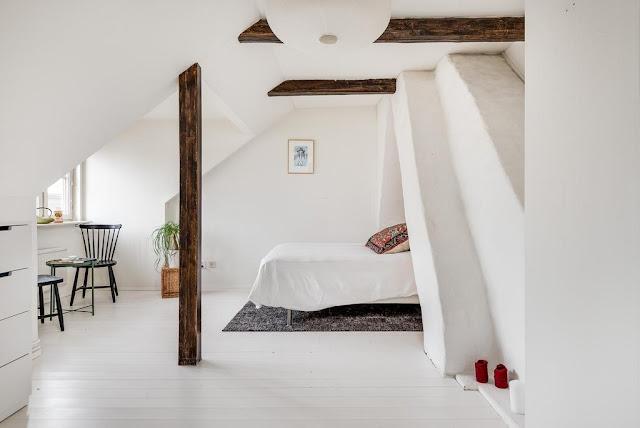dormitor la mansarda amenajat simplu