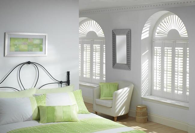 Białe okiennice drewniane wewnętrzne w sypialni