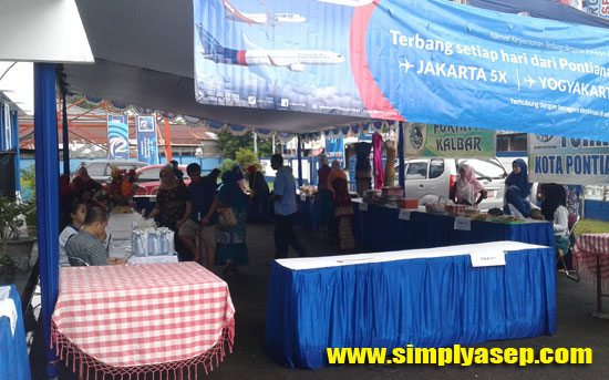 BAZAAR : Bazaar aneka produk khas Kalbar juga digelar dalam kegiatan Indonesia Berdonor Kalbar ini.  Foto Asep Haryono