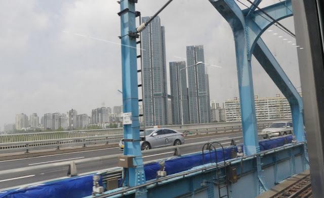 Seoul - Fahrt mit der Metro, oberirdisch
