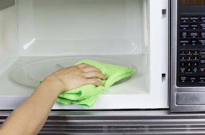 Instalaciones eléctricas residenciales - Limpiando horno de microondas