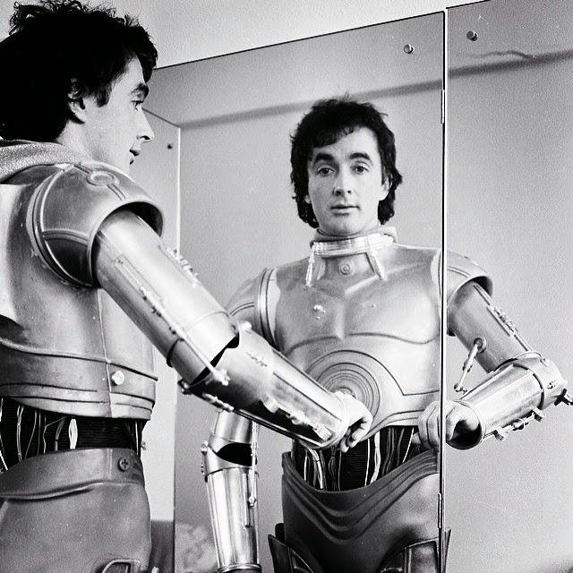 Anthony Daniels dressed as C3PO without his head
