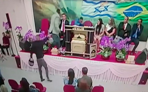 VÍDEO - Igreja transmite em rede social momento em que pastor é baleado em culto; assista