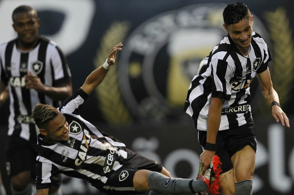 Botafogo faz jogo seguro, vence o Corinthians e sobe na tabela